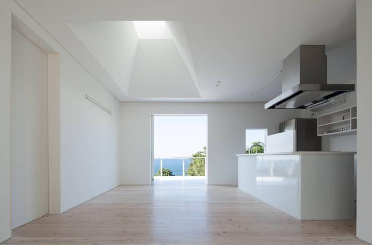 1階リビングダイニング: IZUE architect & associatesが手掛けた家です。