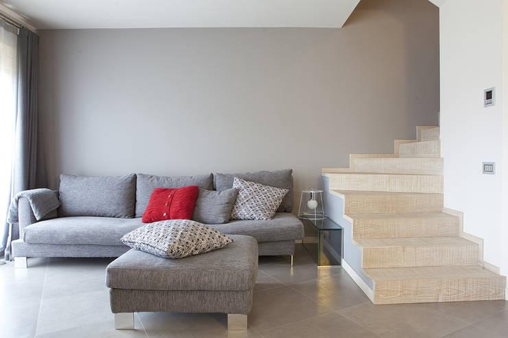 Rovere sbiancato per scale e top cucina: Ingresso & Corridoio in stile  di Semplicemente Legno