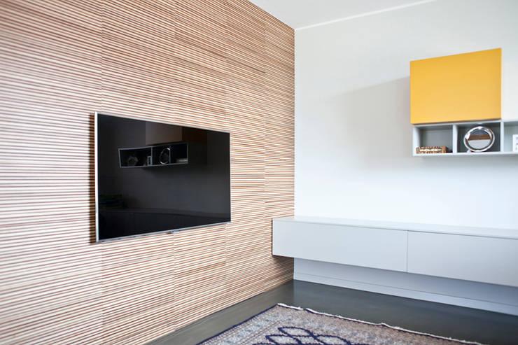 """Rivestimento pareti con quadrotte """"mille righe"""": Soggiorno in stile  di Semplicemente Legno"""