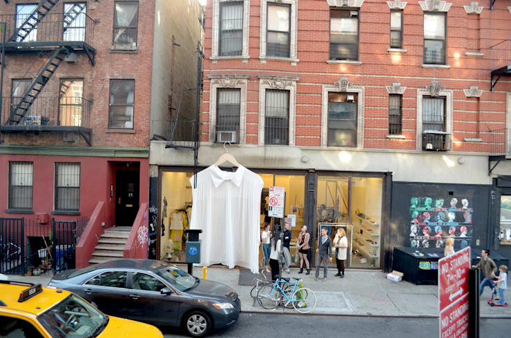 Shirtain: moderne Fenster & Tür von Mariano Gemmo