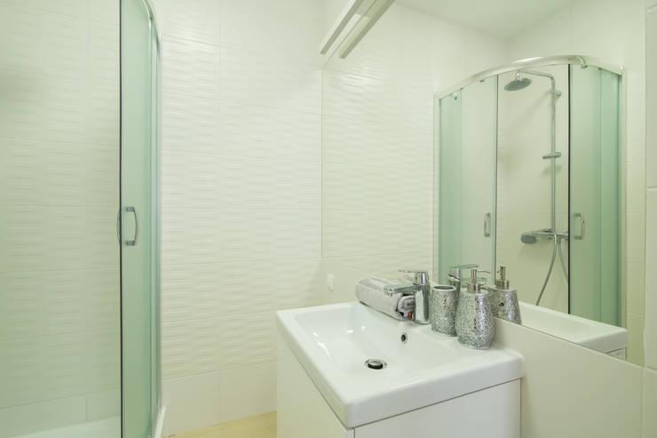 Niebieskie odcienie łazienki : styl , w kategorii Łazienka zaprojektowany przez Urządzamy pod klucz,Nowoczesny