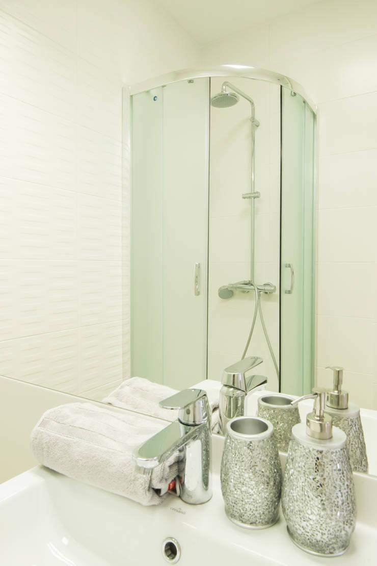 Niebieskie odcienie łazienki : styl , w kategorii Łazienka zaprojektowany przez Urządzamy pod klucz