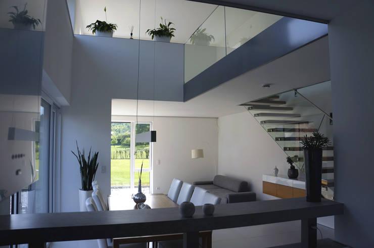 Innenansicht Galerie Einfamilenhaus S.:  Flur & Diele von up2 Architekten