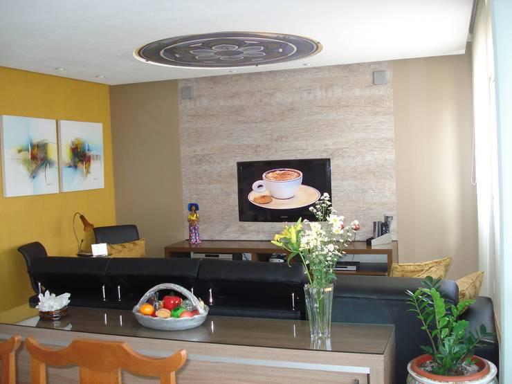 Residência Águas Claras/DF: Salas de estar ecléticas por Donakaza