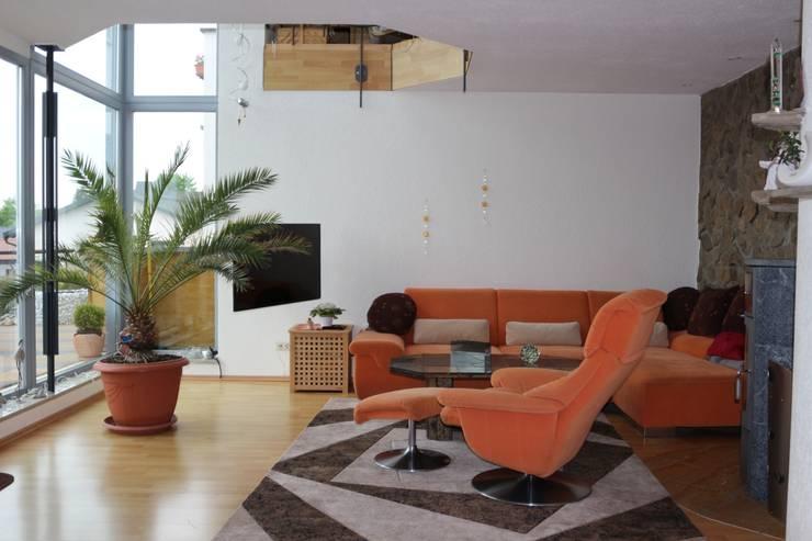 Wohnzimmer mit zweigeschossigem Luftraum:  Wohnzimmer von Architekturbüro Martin Raffelt