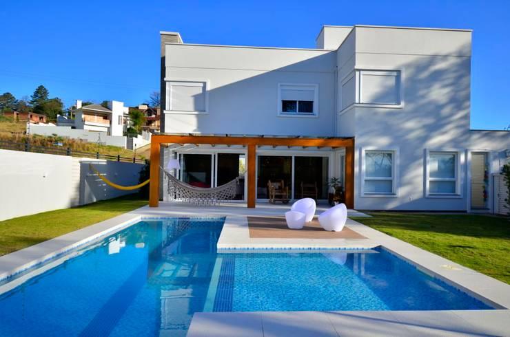 ELITE HOUSE: Piscinas  por ARQ Ana Lore Burliga Miranda