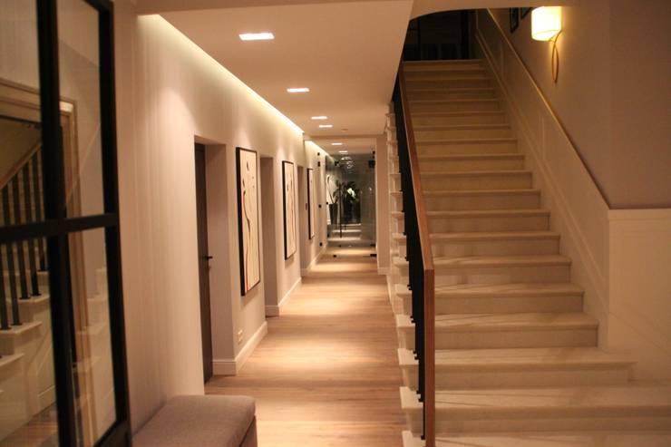 Hol i schody marmurowy: styl , w kategorii  zaprojektowany przez Comfort & Style Interiors,Nowoczesny