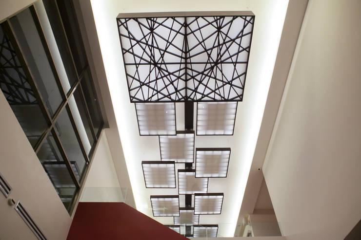 Proyectos de Luz: Vestíbulos, pasillos y escaleras de estilo  por Arq Mobil