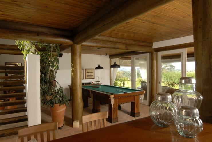 غرفة المعيشة تنفيذ Carmen Saraiva Arquitetura