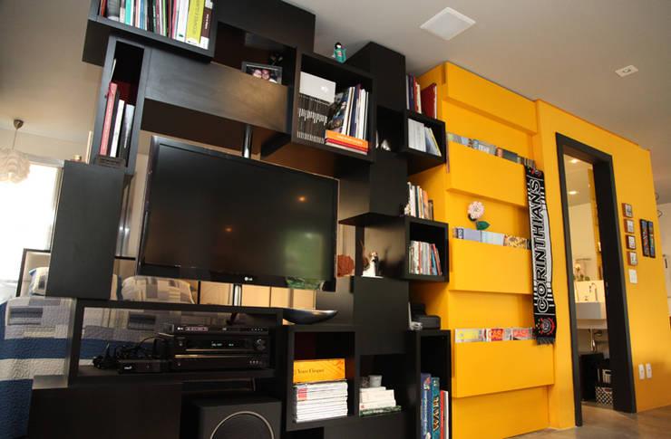 Apartamento de 60m²: Salas multimídia  por Fabiana Rosello Arquitetura e Interiores