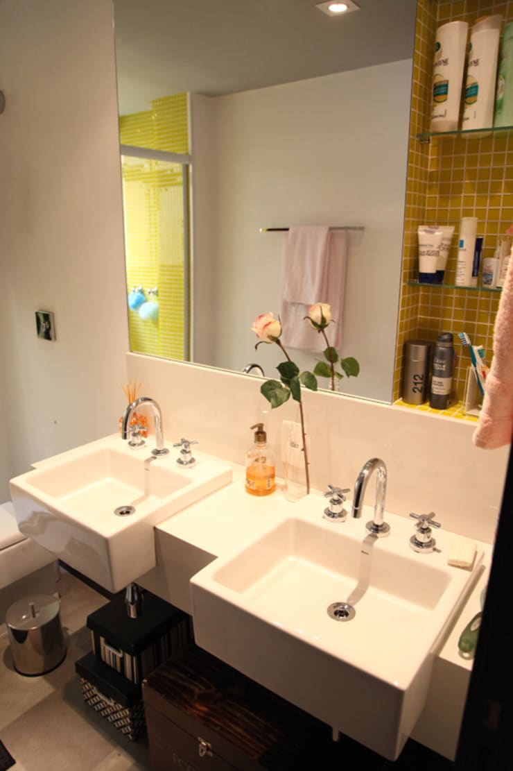 Apartamento de 60m²: Banheiros  por Fabiana Rosello Arquitetura e Interiores,Eclético
