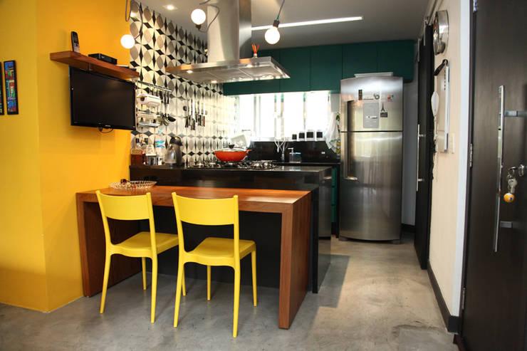 Apartamento de 60m²: Cozinhas ecléticas por Fabiana Rosello Arquitetura e Interiores