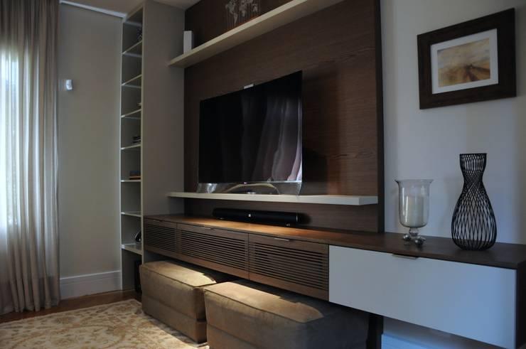 Home Social: Salas multimídia  por Clô Vieira Design de Interiores