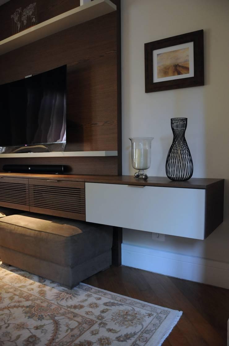 Detalhe da decoração. : Salas multimídia  por Clô Vieira Design de Interiores