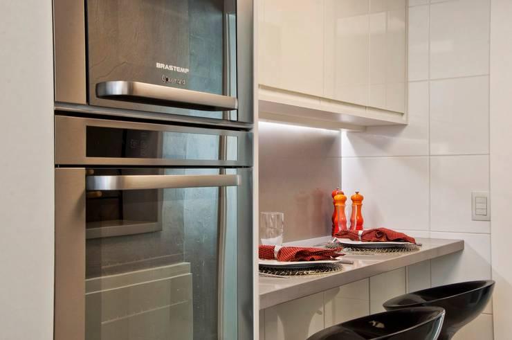 cozinha compacta: Cozinhas minimalistas por karen feldman arquitetos associados