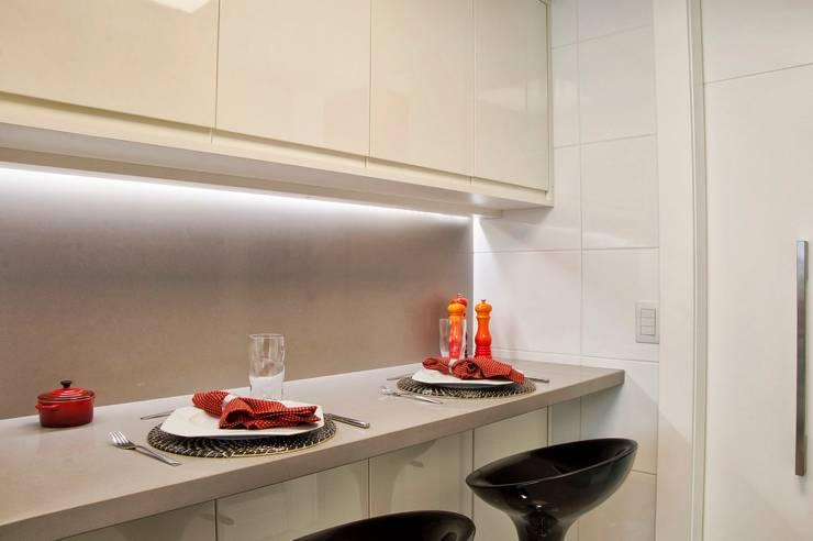 cozinha compacta: Cozinhas modernas por karen feldman arquitetos associados