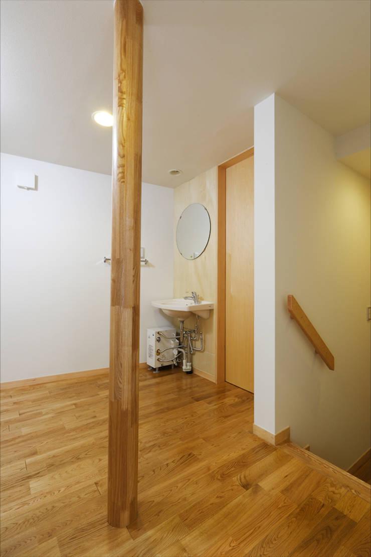 M邸(R): 長谷雄聖建築設計事務所が手掛けた廊下 & 玄関です。