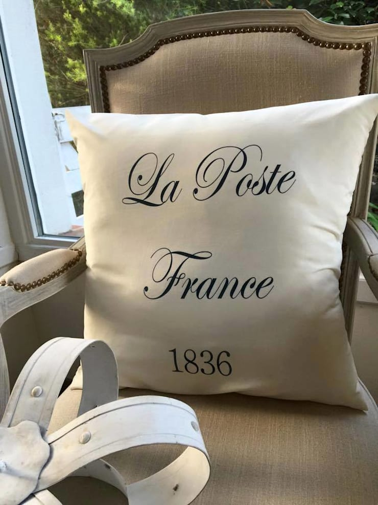 Almohadon #La Poste France#: Hogar de estilo  por Lola Eme Deco