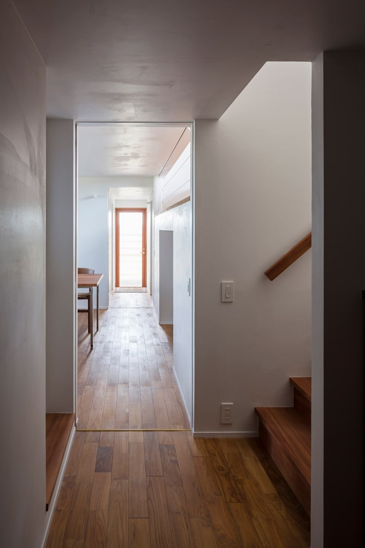 Modern corridor, hallway & stairs by 吉田夏雄建築設計事務所 Modern