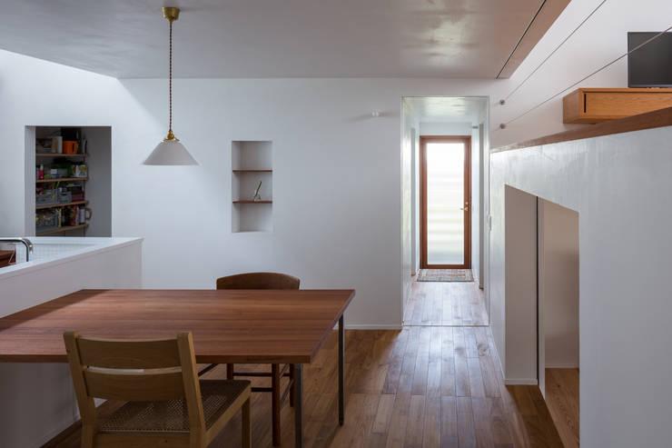 Modern dining room by 吉田夏雄建築設計事務所 Modern