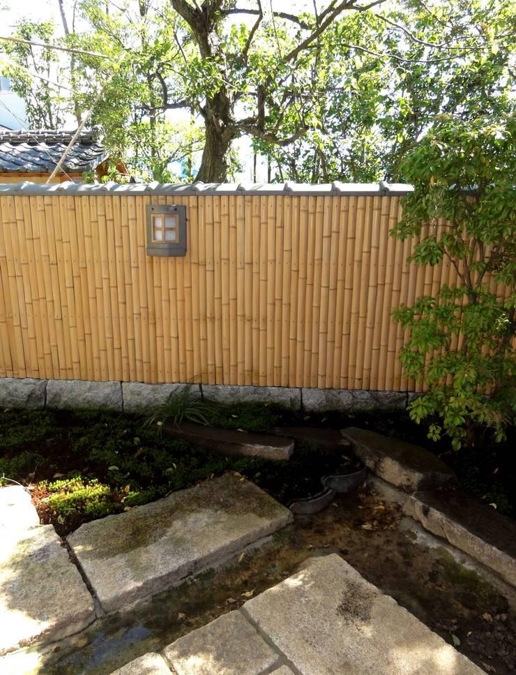 木賊垣と創作照明: 木村博明 株式会社木村グリーンガーデナーが手掛けた庭です。