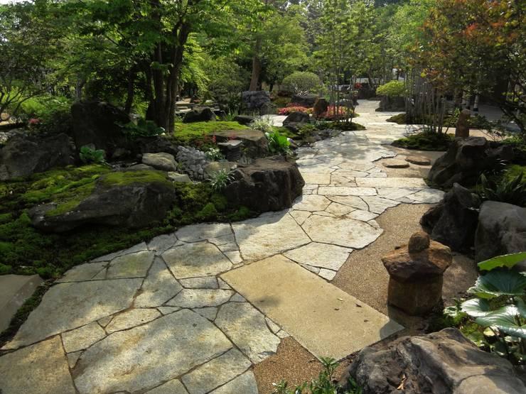 初夏の通路: 木村博明 株式会社木村グリーンガーデナーが手掛けた庭です。
