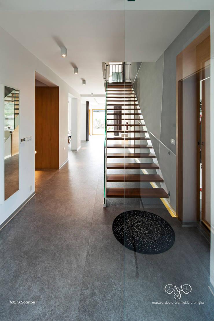 Dom w Starowej Górze: styl , w kategorii Korytarz, przedpokój zaprojektowany przez Marzec Studio