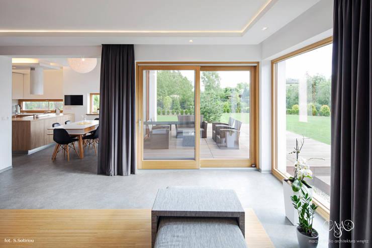 Dom w Starowej Górze: styl , w kategorii Salon zaprojektowany przez Marzec Studio