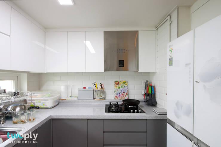 블루포인트 아파트 리모델링: 디자인투플라이의  주방