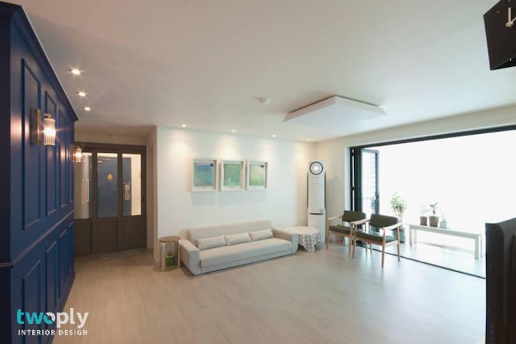 블루포인트 아파트 리모델링: 디자인투플라이의  거실