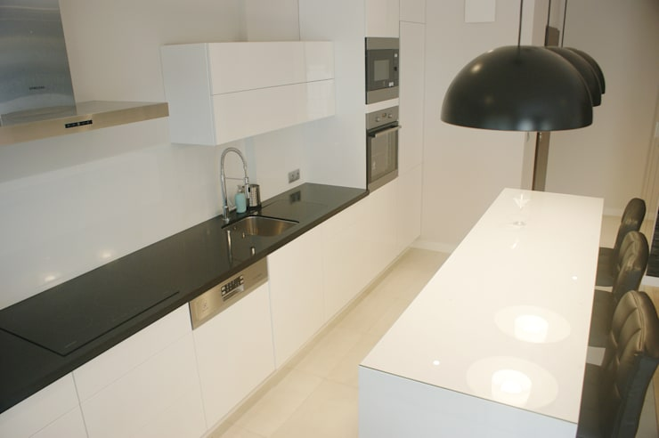 Spokojny apartament na Pańskiej w Warszawie: styl , w kategorii Kuchnia zaprojektowany przez Project Art Joanna Grudzińska-Lipowska,Nowoczesny