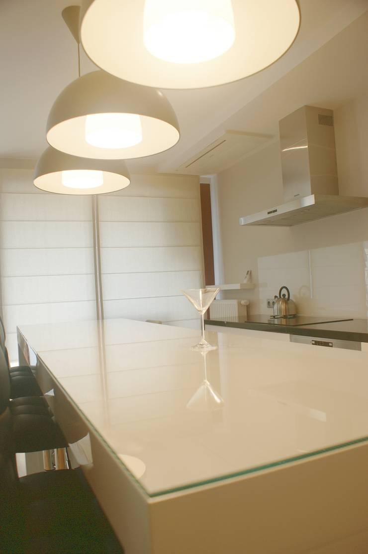 Spokojny apartament na Pańskiej w Warszawie: styl , w kategorii Kuchnia zaprojektowany przez project art