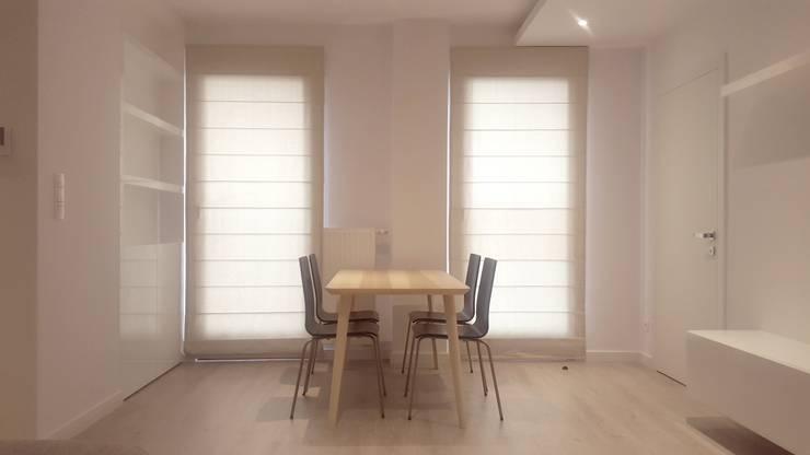 Czarno białe mieszkanie dla singla : styl , w kategorii Jadalnia zaprojektowany przez project art