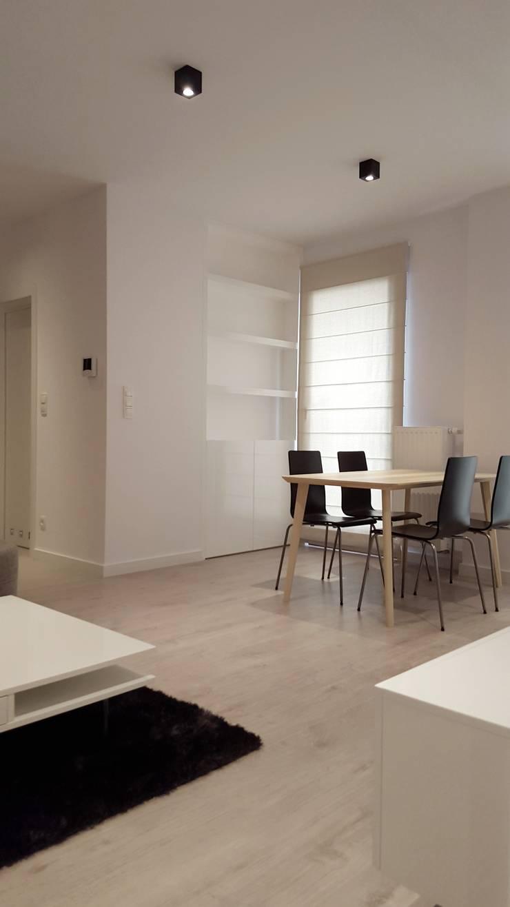 Czarno białe mieszkanie dla singla : styl , w kategorii Salon zaprojektowany przez project art
