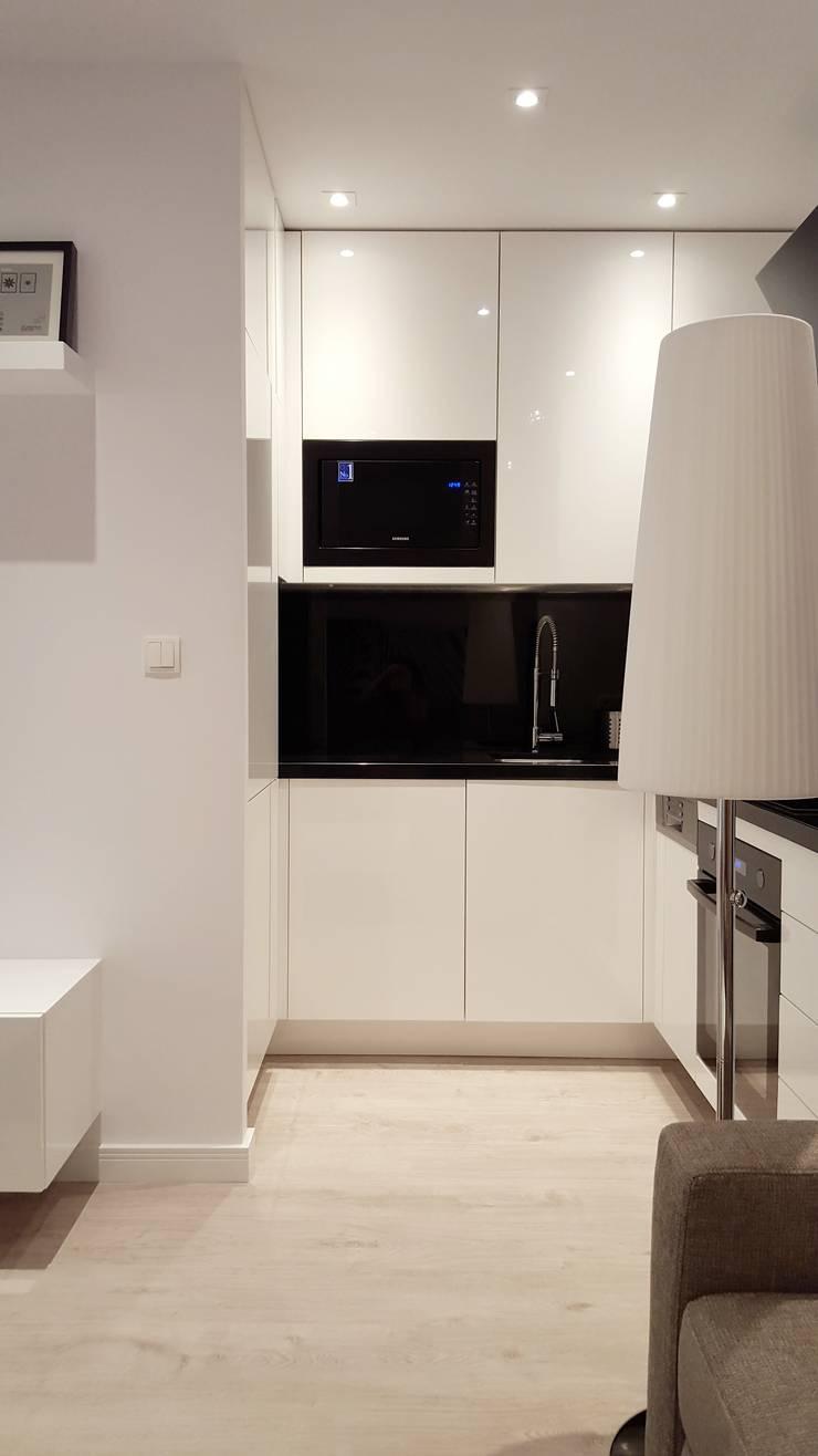 Czarno białe mieszkanie dla singla : styl , w kategorii Kuchnia zaprojektowany przez project art