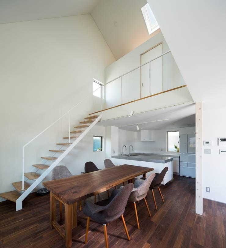 浜竹の家 House in Hamatake: 一級建築士事務所 本間義章建築設計事務所が手掛けたダイニングです。