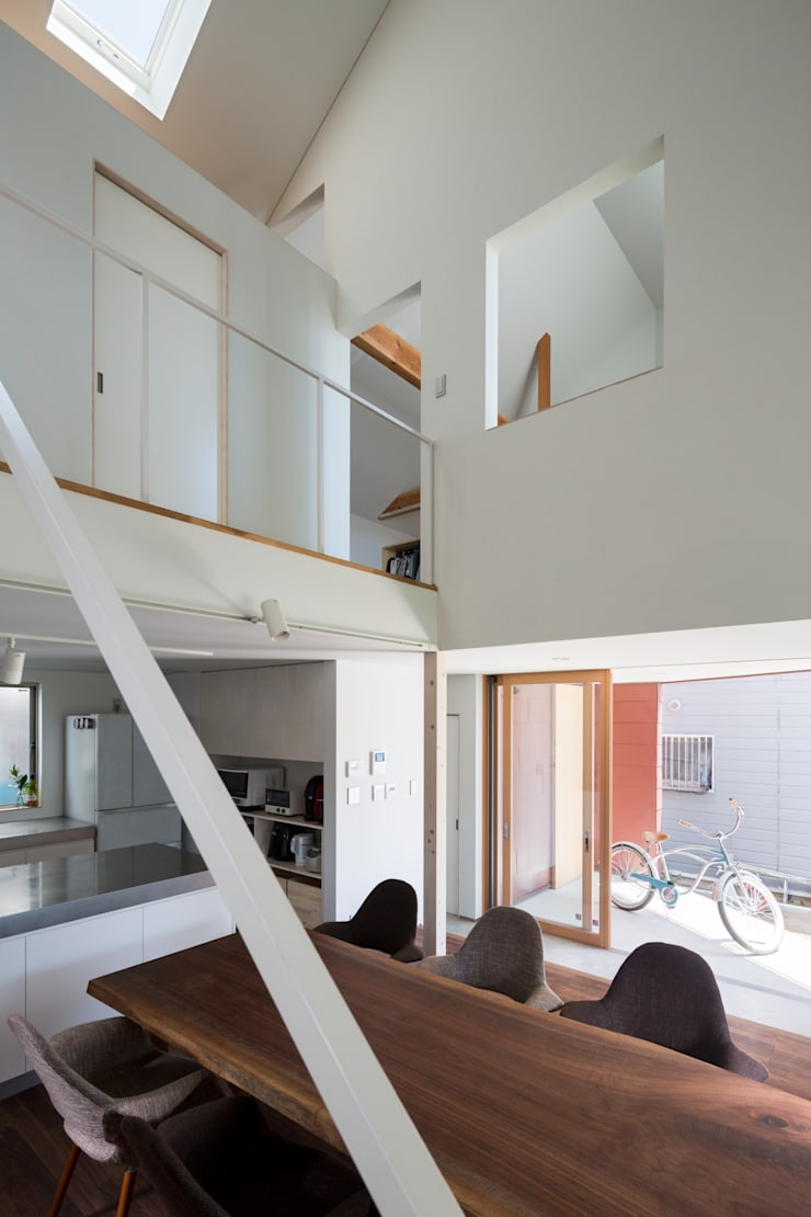 浜竹の家 House in Hamatake: 一級建築士事務所 本間義章建築設計事務所が手掛けたリビングです。