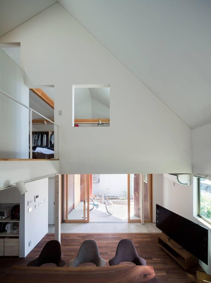 浜竹の家 House in Hamatake: 一級建築士事務所 本間義章建築設計事務所が手掛けた廊下 & 玄関です。