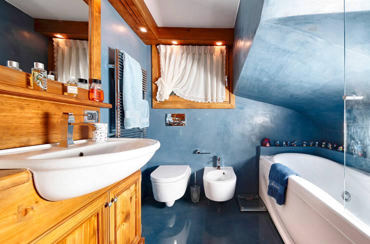 Baños de estilo  por Ambra Piccin Architetto