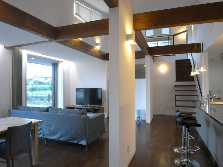 富沢の家: 俊建築設計事務所が手掛けたリビングです。