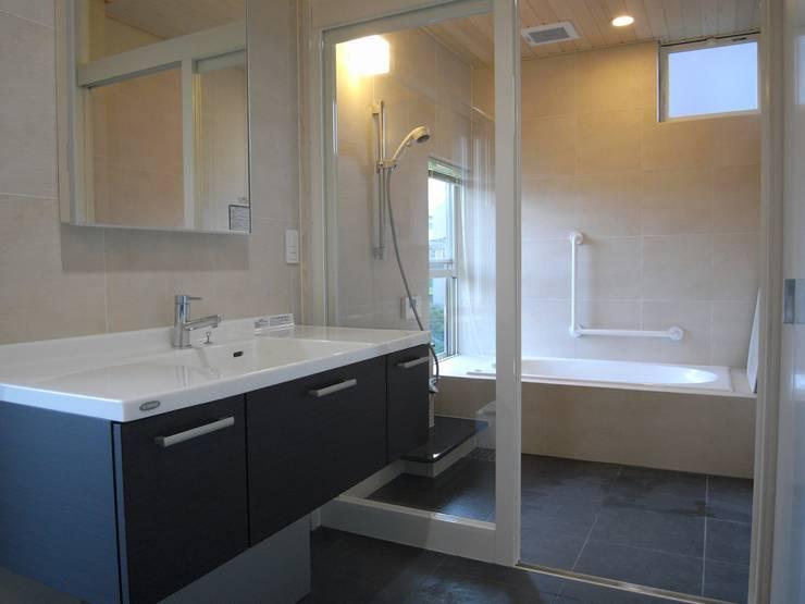 富沢の家: 俊建築設計事務所が手掛けた浴室です。