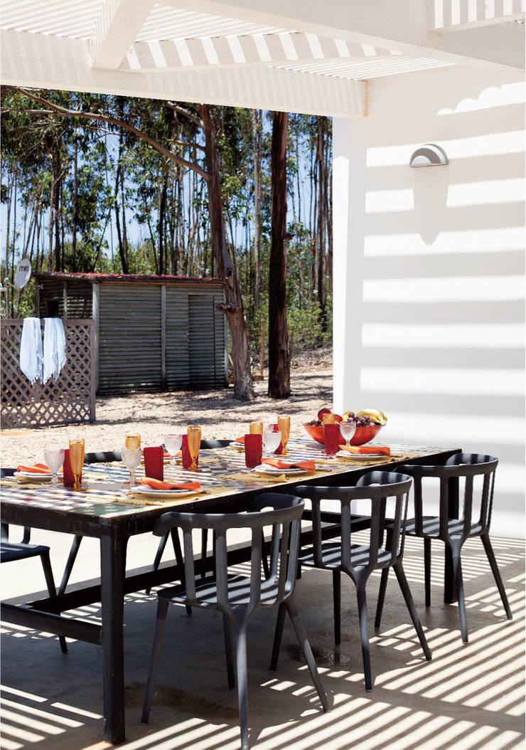 Zona de refeições exterior: Terraços  por LAVRADIO DESIGN,Rústico