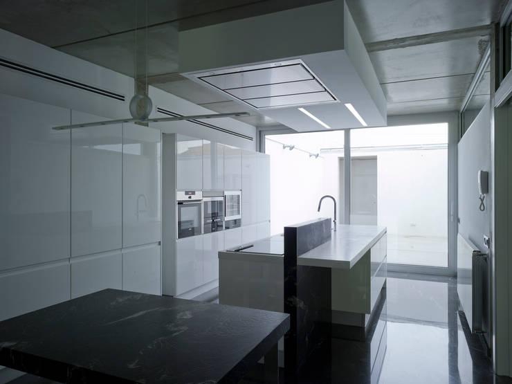 VIVIENDA EN CASTELLAR: Cocinas de estilo moderno de daia arquitectes slp