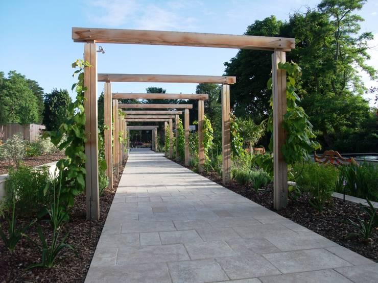 A private garden, Surrey:  Garden by Bowles & Wyer