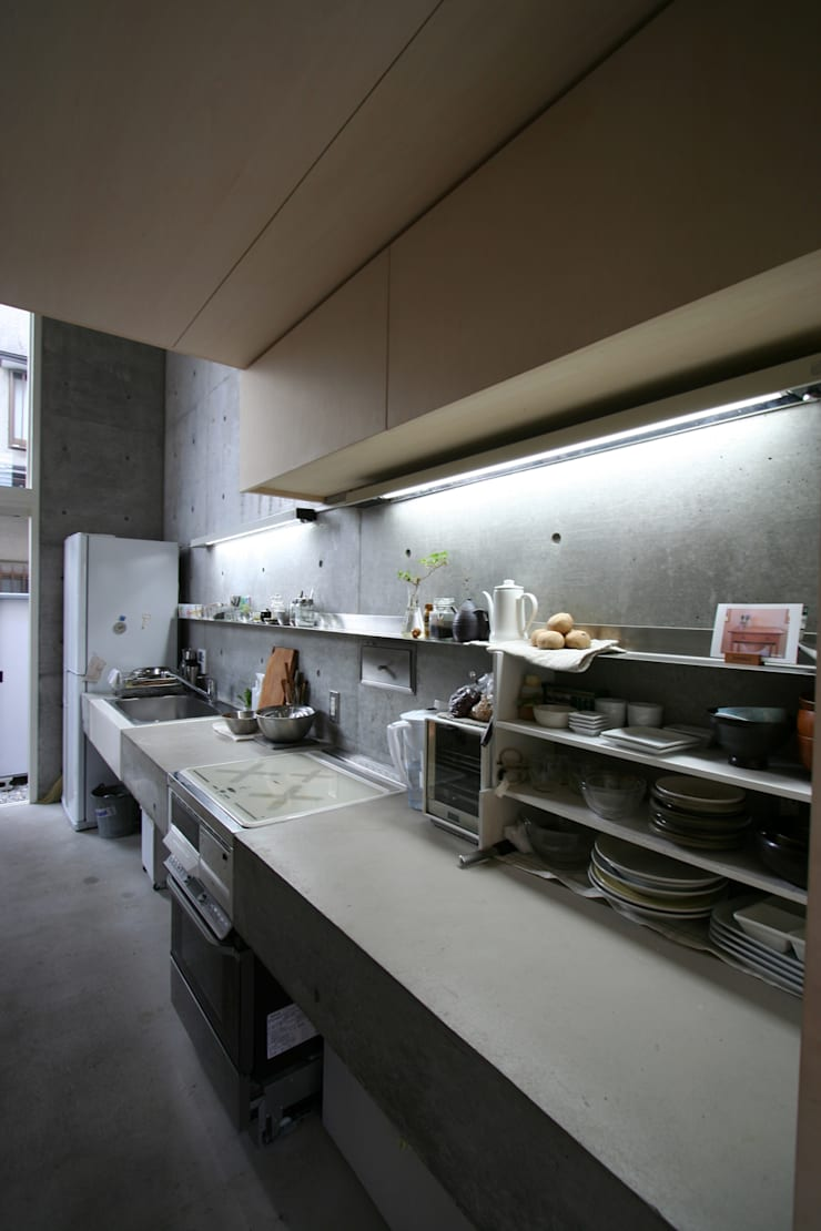 立体一室住居: STUDIO POHが手掛けたキッチンです。