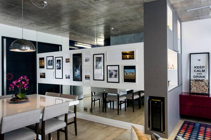 Pasillos, vestíbulos y escaleras de estilo moderno de Adriana Pierantoni Arquitetura & Design Moderno