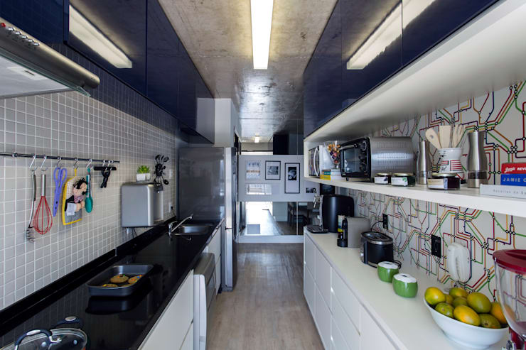 Kitchen by Adriana Pierantoni Arquitetura & Design