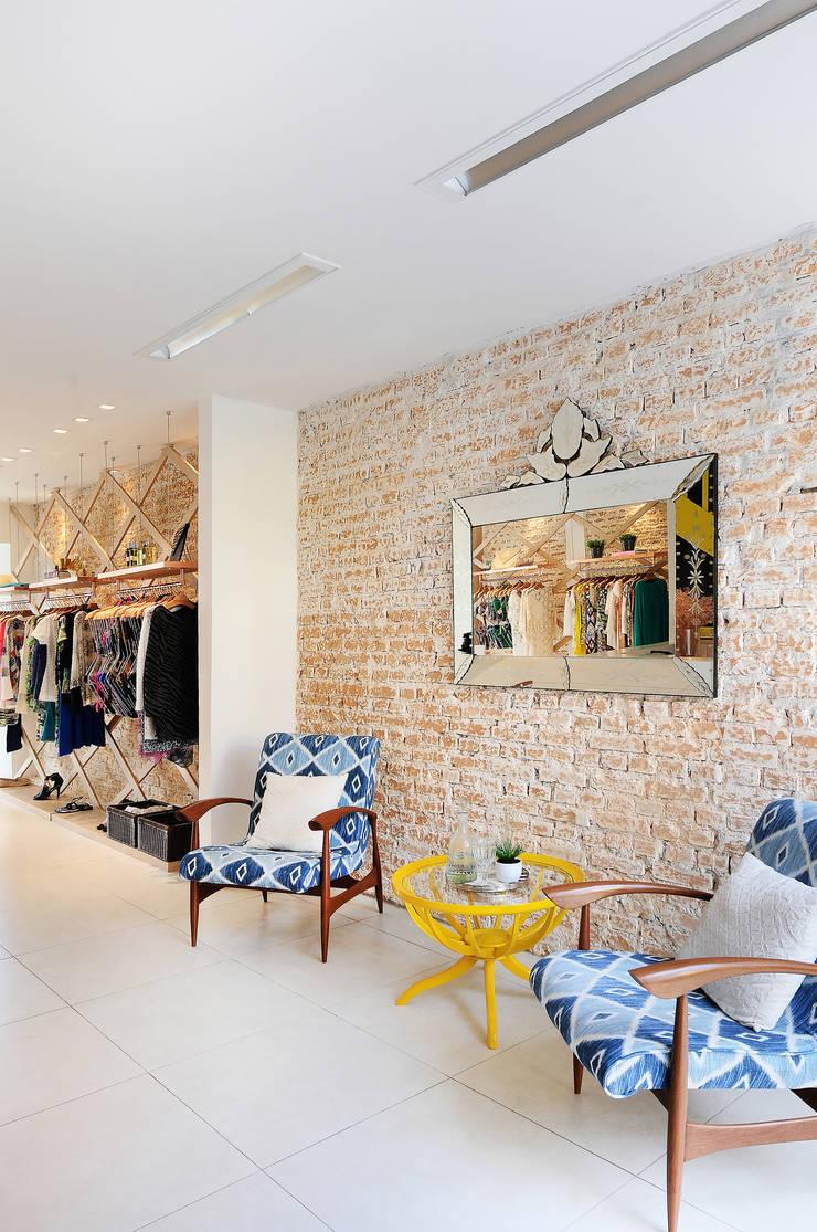 Loja Carina Farfalla: Lojas e imóveis comerciais  por Thaisa Camargo Arquitetura e Interiores