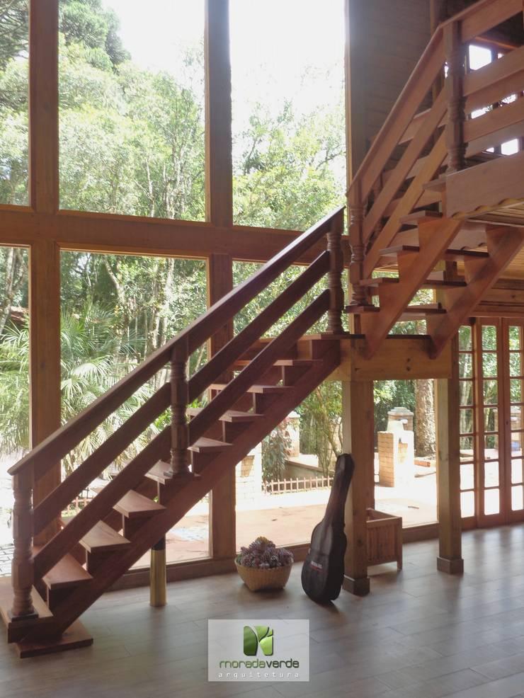 Casa em madeira – Piraquara – PR: Jardins de inverno  por Moradaverde Arquitetura