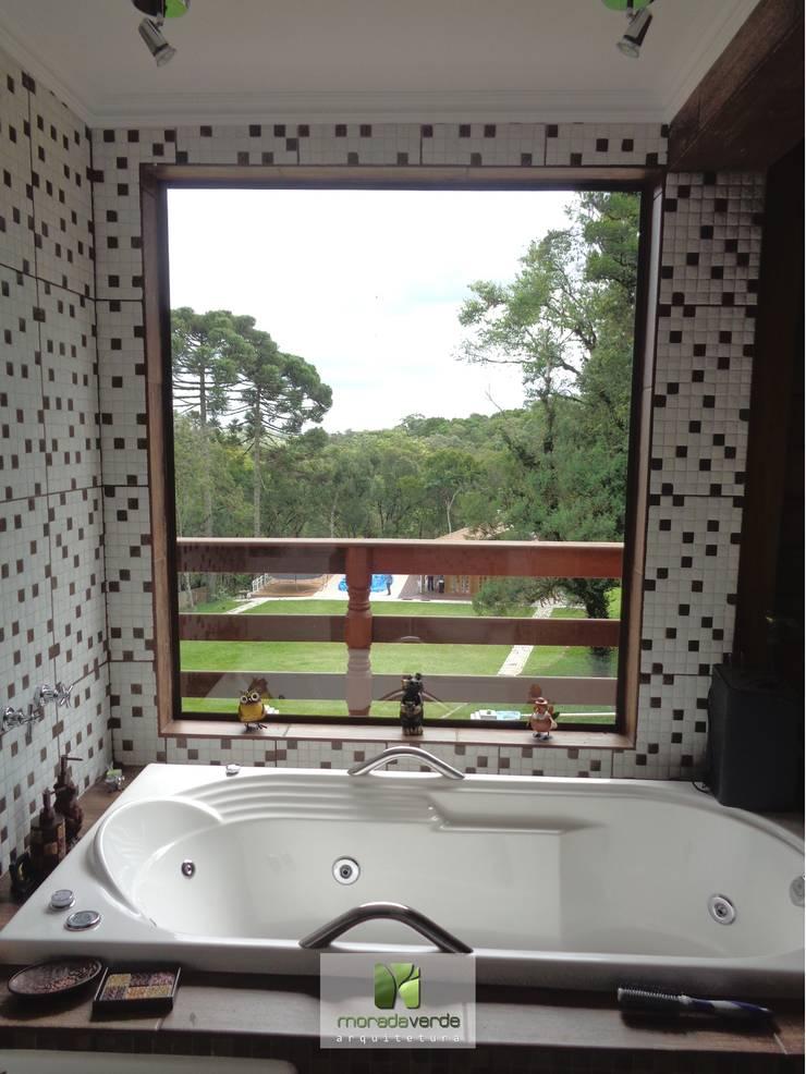 Casa em madeira – Piraquara – PR: Banheiros  por Moradaverde Arquitetura